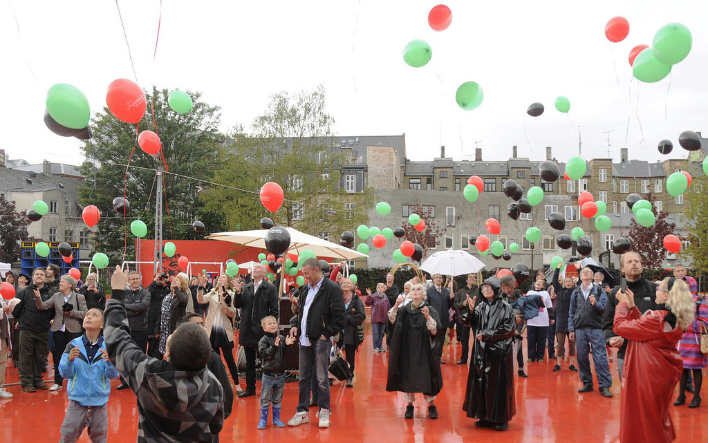 picture of many people with colourful balloons at Superkilden