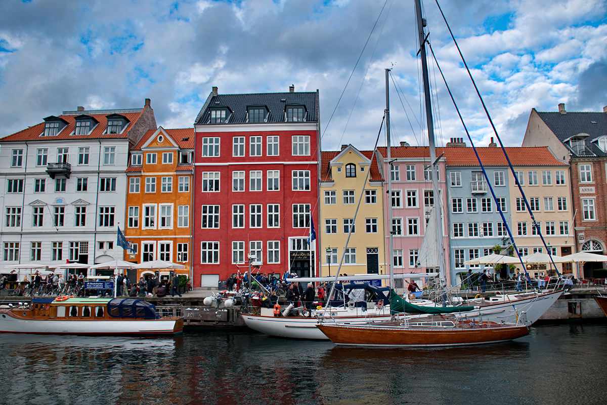 picture of Nyhavn with a boat and colourful houses